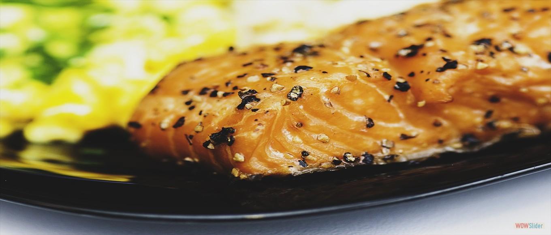 Łosoś z pieca w sosie cytrynowym, frytki, zestaw surówek – 25,00 zł
