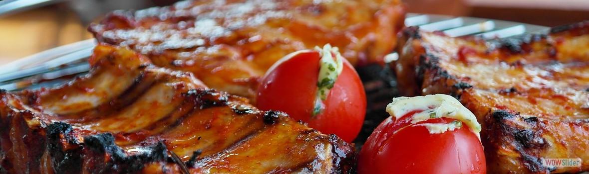 Żebra z pieca pokaźnych rozmiarów w sosie miodowym, ziemniaki smażone, kapusta zasmażana – 18,00 zł
